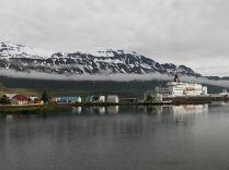 A település a turisták ezreit szállító óceánjárók és a teherkompok célállomása is. Ottlétünk reggelén kikötött egy hajó, amely legalább 1500 turistát tett le. A helyi lakosság száma 665. Ilyenkor ötlött fel bennünk, hogy az izlandiak alig-alig uralják a helyzetet, a különböző helyeken hömpölygő turisták valósággal elözönlik a szigetet. Itt Seydisfjördurban például nyugodtan függetlenséget nyilváníthattunk volna. Kinevezzük a polgármestert és helyettesét, valamint a rendőrfőnököt. Lezárjuk az utakat, internetes felületen vagy rádión kommunikáljuk a külvilággal, hogy átvettük a hatalmat. A helyi rendőri állomány megítélésünk szerint 2 személy, a legközelebbi településről még besegít két kolléga, s esetleg még érkezik egy 5 személyes rohamosztag. Ez akkor is csak 9 személy a 2 ezerrel szemben. Ezt a súlyos eltolódást az izlandiak is érzik