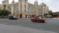 Szerencsére már szeptember 10-én, szombaton elmentünk Budapestre. Igen, a rozsdás, 12 éves Dacia Solenza Grand Cherokee Pathmaker (!) Especially Limited 'Trailbalezer' Editionnal. Utasokat is találtunk a Bla-Bla Carnak köszönhetően, így kevesebbe került az üzemanyag. Bianka nagynénjénél szálltunk meg, csodás időt töltve együtt. Ez erőt adott a nagy útra. Amely tényleg ilyennek bizonyult. Főleg a folytonos bizonytalanság, sőt, a káosz miatt. A felvétel érkezés után, szeptember 12-én kora kerrel készült Bakuban a Május 28. téren. Repülőnk szeptember 11-én röviddel éjfél tájt indult Budapestről. Eredetileg a Baku Port Mallnál kellett volna hirtelen szerzett CouchSurfing (kanapészörfölés, azaz vendégszerető klub, ingyen lehet idegeneknél aludni) házigazdánk barátjával találkoznunk, de a reptér busz sofőre annak ellenére sem tett itt le, hogy mellette haladt el, s több ízben (indulás előtt és út közben) külön megkértük erre. Ez volt a kaotikus élmény első felvonása. Sok-sok ilyen következett. Yusif nem kapta meg SMS üzenetünket, hol vagyunk, mi meg arra gondoltunk, ha elindulunk irányába, akkor elkerüljük egymást. Végül közel két óra múlva találkoztunk kalandos wi-fi keresgélés és kommunikációs malőrök után…