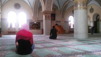 Előbb viszont egy óvárosi mecsetet látogattunk meg. Biankának is sikerült bejönnie. Szerencsére volt nála kendő. Pontosabban ez nem szerencse volt, hanem előre előkészített ruházati cikk… Később még egy mecsetbe beengedték, de egy másikba viszont sem őt, sem Emmát…