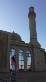 Vajon miért mentünk el a Bibi-Heybat mecsethez? :) Mert Bianka beceneve Bibi. Ott viszont sokkal többet találtunk… Csodás hely, de körülményes eljutni. Már csak azért, mert szinte senki sem beszél angolul. Amikor azt mondtuk, mosque (moszk), azt hitték, Moszkvába akarunk utazni. Aztán arra, hogy Bibi-Heybat és Allah, reagáltak. Elvezettek a mecsetig...