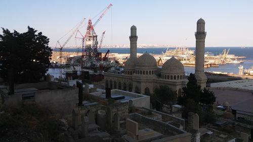 A Bibi-Heybat mecset mögött a James Bond olajmező egyik olajfúrója látszik. A tengerpart mentén tele van velük. Nem, nem a mecsetekre gondolok...