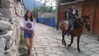 Emma és Jocó érkeztével útnak indulunk: az ország szinte minden szegletét fel akarjuk fedezni. Első állomásunk Lahic. Innen a 3629 méter magas Babadag-csúcsot hódítottuk volna meg, de esett az eső. Ehelyett megszálltunk a helyi iskola egyik tanáránál és családjánál. Érdekes élmény… Bianka éppen egy helyi fiúval flörtölne, de az megijedt, lóra pattant, s elillant…