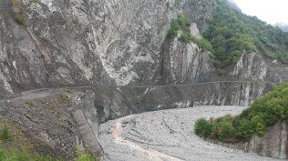 Igen, ott az út. Képzeld el, milyen a folyó, amikor tavaszi áradás van..