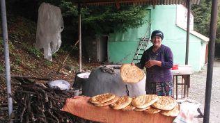 Lahicból Shekibe mentünk. A mosolygós néni vájogkemencében sütött kenyerét helyi kefirrel együtt ettük meg...