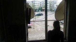 Ganja, nyomornegyed. A lépcsőháznak nincsenek ablakai. Műholdvevő antennái annál inkább...