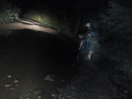 Péntek késő este: vajon át tudunk itt menni? Milyen mély a víz, Lőrinczi László?