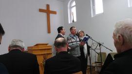Laci nevében is leírhatom: meghatódtunk. Meleg szívvel, barátságosan, nyitott lélekkel fogadott bennünket a szindi román pünkösdista közösség!
