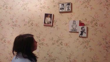 """Nyáron véletlenül akadtam rá a National Geographic által a transznisztriai fiatalok körében készített fotóriportra. A világhírű magazin munkatársai úgy ítélték meg, a tizen- és huszonévesek élete kilátástalan: bezárva élnek egy olyan országban, amelyet egyetlen más állam sem ismer el. Hiába van a Moldovai Köztársaságtól elkülönített adminisztratív területe (a függetlenségről még 1990-ben népszavazás által döntött a Nép), csupán két más, szintén szakadár """"állam"""" ismeri el Transznisztria létezését: Dél-Oszétia és Abházia. Senki sem ismeri el a Dnyeszter folyón túli régió elnökét, miniszterelnökét, parlamentjét, zászlaját, pénznemét (transznisztriai rubel), útlevelét, himnuszát. S Európa Észak-Korea típusú országa mégis létezik. És virul. 2016. december 29-én négyen indultunk útnak a Dacia Solenza Grand Cherokee Pathmaker Especially Limited """"Trailblazer"""" Editionnal. Megálltunk Jászvásáron, s Biankával Mariannak köszönhetően ingyenes szállásban részesültünk a CouchSurfing (Kanapészörfölők) hálózaton keresztül. Innen másnap mentünk tovább Kisinyovba. Itt éppen retro szálláshelyen csodáljuk meg a díszletet…"""