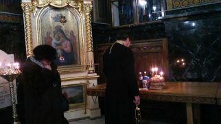 A nő a szó szoros értelmében feszülten állt a kisinyovi ortodox katedrálisban a pap mögött, aki újévi jókívánságokat és áldásokat mondott szorgosan. Egyszer csak hátrafordult: még kit kell megemlíteni?