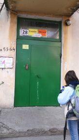 Szálláshelyünk a Lenin Street Hostel. Jó ómen. Valamelyest védve érezzük magunkat. 110 eurót fizetünk négyen két éjszakára úgy, hogy Bibivel külön szobában alszunk. Dmitrivel, a diákszálló tulajdonosával előre megegyeztünk, várt bennünket. Mi is Adorjánt, ő ugyanis továbbra is el volt tűnve. A moldovai Orange térerejét zavarják, így csak korlátozottan használható. A helyi mobilszolgáltatót nem akartuk használni. Adott pillanatban üzenetet küldött, hogy Benderben van, pénzt vált, intézi a dohányzás miatt a fegyver nélküli határőrök/katonák által rá kirótt büntetést. Valamelyest megnyugodtunk...