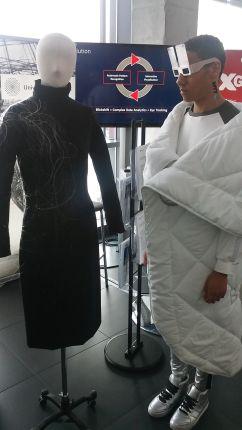 Igen, a technológiai fejlődés meghatározó befolyást gyakorol a formatervezésre és a divatra is. A CeBIT előzetes színpadára hirtelen fura kinézetű humanoidok mentek ki. Kiderült, emberek. Elmondták: többek között 3D nyomtatóval létrehozott ruhadarabokat gyártanak, de más technológiák segítségével is állítanak elő textíliákat...