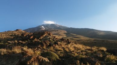 Our goal, the peak of the Damavand (5610/5671 meters, around 18,403 feet) looked so... beautiful, but distant... :)