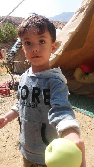 An impressive gesture: he gives me something precious. Nice Qashqai boy