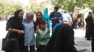 After having breakfast in the Niayesh hostel, we headed out to visit the city. The city with 1,6 million inhabitants is around 700 kilometers South of Tehran. The locals here are also extremely welcoming: they're happy that tourists come here and visit them. They also want a picture with a European