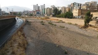 A seasonal river, Dry River, flows through the northern part of the city and on into Maharloo Lake