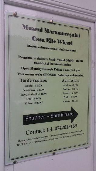 Mindenképp meg akartam látogatni az Elie Wiesel szülőházában kialakított múzeumot. Ajánlatos előre felhívni a fotón szereplő mobilszámot, mert nincs állandó szolgálat