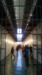 A Kommunizmus Áldozatainak Emlékmúzeumát, avagy a Máramarosszigeti Börtönmúzeumot is meglátogattuk. Az 1897-ben a köztörvényes bűnözőknek épült fegyházat 1948-tól 1955-ig politikai börtönként használta a kommunista rezsim. Az első politikai elítéltek máramarosi diákok, egyetemi hallgatók és földművesek voltak. A köztörvényes foglyokat 1950-ben átszállították egy másik máramarosi ingatlanba, a városközponti épületbe pedig a két világháború közötti romániai politikai elitet hurcolták. Volt közöttük miniszterelnök, számos miniszter és államtitkár, de egyházi méltóságokat is zártak ide, itt raboskodott több éven át Márton Áron püspök is. Öt év alatt közel kétszáz fogoly fordult meg a szigeti börtönben, közülük 54-en lelték itt halálukat. A múzeumban ma is változatlan formában láthatjuk a cellát, amelyben meghalt Iuliu Maniu egykori parasztpárti miniszterelnök 1953. február 5-én