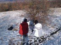 Kata és Lóri jól szórakozott azon, hogy elsőre nem a megfelelő bokorban kerestem a Riszeg-tetőn 2013-ban elrejtett geoládámat