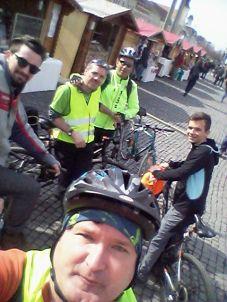 Szombaton reggel János, Krisztián és Ákos hármasban vonatozott le Szamosújvárról Kolozsvárra. Botival a Főtéren találkoztunk velük, innen indult a biciklitúra