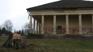 Szentbenedeken (Mănăstirea) megálltam a Kornis-kastélynál. Szívszaggató látvány! Sajnos nem találtam meg ClujPrincesses által elrejtett geoládát…
