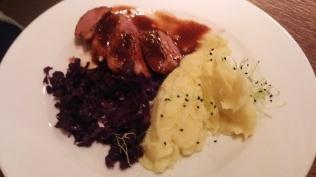 Grillezett kacsmell pecsenyelével, vörös káposztával és krumplipürével