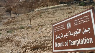 We traveled by bus from Ramallah to Jericho: it was only 17 shekels (4 euros) per person. From the center of Jericho we paid 15 shekels (3,50 euros) for the shared taxi until the base of the mountain. Of course, we climbed it…