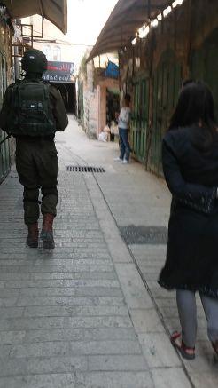 Hebronban izraeli katona kísért. Miért? Részletek személyesen...