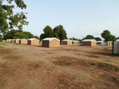 Az ENSZ által épített házikók, amelyben legtöbbesetben öt-tíztagú család él...