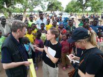 Hetedmagammal vettem részt az EU által finanszírozott, pályázati úton elnyert riportúton. Alice, a belga RTBF rádióállomás és televíziós csatorna munkatársa és Marie Louise, a dániai Jyllands-Posten riportere éppen Olivier Brouant urat, a DG ECHO csádi koordinátorát interjúvolja meg