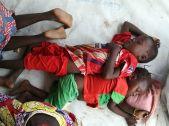 Pihenő a nyilvántartásba vétel előtt. Ezek a menekültek 2017 decembere óta Csádban vannak, regisztrációjukra csak most került sor...