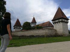 Az első templom a 13. században román stílusban épült, ezt 1421-ben gótikus stílusban átépítették. Még a 15. században kettős védőfallal vették körül, amibe beépítették a római castrum köveit is. Négy toronnyal erősítették meg. Egyik harangját 1489-ben öntötték