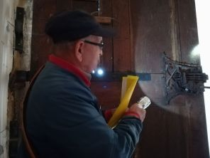 Costică bácsi a rendkívül jó állapotban levő zárat mutatja