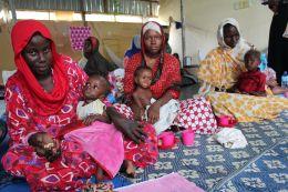 A legelkeserítőbb a DG ECHO által finanszírozott kórház, amelyben a súlyos alultápláltságban szenvedő gyermekeket kezelik. Azaz igyekeznek gyógyítani és ápolni, ám egyharmaduk 24 órán belül elhalálozik. Az orvosok szerint napi több száz gyermeket hoznak ide az édesanyák, akik rendszerint nagyon későn ismerik fel a bajt… Cécile Barbière (Euractiv) felvétele