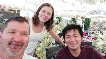 Mark, azaz Mario, a Fülöp-szigetekbeli szakácsnak a CouchSurfingen írtam. Elfogadta a kérést. Végül nem magánál szállásolt el, hanem egy háromcsillagos szállodában. Ingyen. Egyik ügyfelének köszönhetően… A Tulceában működő 2 Dragoni vendéglő mindenese. Finom a kaja, ő főzi, ott egyetek!