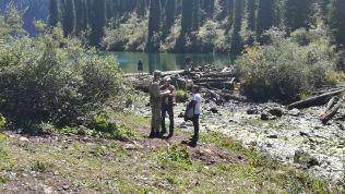 Lévén, hogy nagyon közel van a kirgiz határhoz, a Kolsay 2-es tónál határőr várt és ellenőrzött. Hivatalosan nem lehet felmenni a Kolsay 3-as tóhoz, amely még néhány óra túrázást jelent, mert határövezet. Tudok viszont olyanokról, akik néhány cigarettát adtak a határőrnek, és felengedte őket. No, meg az útlevelüket is hátrahagyták