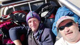 Saty faluból nagyon nehezen sikerült fuvart találnunk a Karkara/Kegen kazah-kirgiz határátkelőhöz. Egy fiatal autós 25 ezer tengét (60 eurót) kért, és kapott a csupán 130 kilométeres útért. Ez fejenként 10 eurót jelentett. Az üzemanyag litere 160 tenge, azaz 0,37 euró, azaz 1,7 lej…