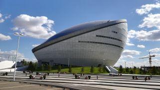 Ez nem a világ legnagyobb üvegsátra, hanem az elnökről elnevezett központ épülete. A személyi kultusz maximálisra hág