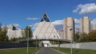 Igen, piramist is építettek, de a benne működő intézmény éppen zárva volt...