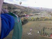 """Az első hőlégballon felszállása után körülbelül negyed órával felszáll a többi. Igyekeznek követni a """"vezetőt"""", megközelíteni leszállási helyét, illetve a magasból nehezékkel ellátott tárggyal eltalálni az X formában a földön elhelyezett célkeresztet…"""