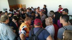 A kazah-kirgiz határátkelős kaland után (lásd a Kazahsztánról szóló blogbejegyzésemet) egyenesen a Nomád Világjátékok helyszínére mentünk, akkreditált újságírókként vettünk részt a harmadik alkalommal megszervezett eseményen. A nomád népek olimpiájaként számon tartott rendezvény korábbi kiadásait (a résztvevők tapasztalata szerint) kaotikus módon szervezték meg. Képzelem, mi lehetett akkor, ha most például a sajtókitűzők átvételekor ez volt…
