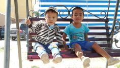A szálloda előtt kaptam lencsevégre ezeket a szép kirgiz gyermekeket...