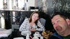 Sok volt az újságíró, ezért egyesek számára egy éjjeli klubban alakítottak ki étkezdét. Finom falatokkal fogadtak bennünket reggelente is...