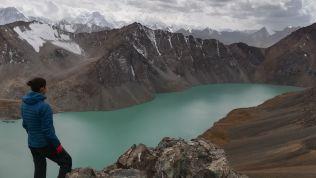 Az Ala kül-hágból (3800 méter) csodás kilátás nyílik úgy az azonos nevű tóra, mint a Tien-san (Mennyei Hegye) láncos röghegységre, ahol nem ritkák az 5, sőt 7 ezre csúcsok sem…