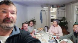 Balykchy-ben a karakoli házigazdánk, Shamil felesgének rokonai fogadtak be. A nagyon vallásos férfi az imádkozó szobából egy másik helyiségbe vitte át a Koránt és a kis asztalkát, csakhogy külön helyen alhassak. Ez Emmáéknak is kijárt, ugyanis Kamat folyton mondta: nagy a szerelem, lehetőséget kell biztosítani annak kibontakozására… :)