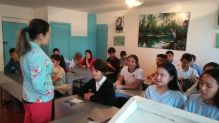Még aznap, azaz továbbutaztam Osh városába. A Kazarman környéki hegyeken kívül azért döntöttem az eredeti terv folytatása mellett, mert kíváncsi voltam az ország eme részére is, ahol sok üzbég él. Nazgulia, a CouchSurfing házigazdám angol tanártő egy helyi kereskedelmi iskolában. Megkért, tartsak előadást Európáról a diákjainak…