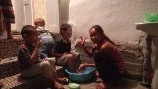 Házigazdám legnagyobb lányának esti feladata: megmosni a kistestvérek lábát