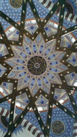 Hanyatt feküdtem a puha szőnyegen és fotóztam. Majd a mecset léleksimogató hangulatától elszenderedtem. Felébresztettek: itt nem szabad aludni...