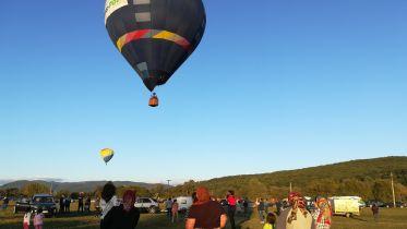 Kik ezek, és mit akarnak itt azokkal a nagy ballonokkal?!