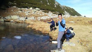 Szombaton nekivágtunk a túrának: Encián (Genţiana) menedékháztól kimentünk a félig befagyott Pietrele-tóhoz