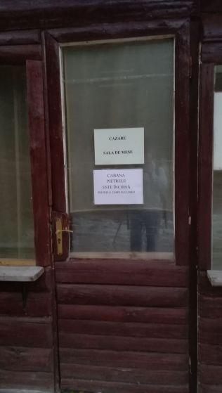 A Loloaia-gerincen feléig mentünk el, majd leereszkedtünk a Pietrele-menedékházhoz, amelyet tulajdonjogi pereskedés miatt sajnos bezértak